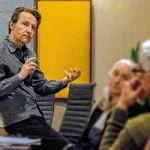 Dominique Denis en action dans son cours de conversation française Parlons chanson offert deux soirs par semaine au 120 rue Carlton. Photo: Sasha Furiani