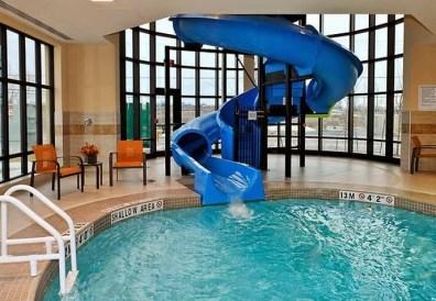 21 Courtyard Marriot Kingston piscine .jpg