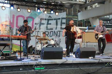Le groupe Hey, Wow sur la scène de Franco-Fête au Yonge-Dundas Square en 2016 (Photo: François Bergeron).