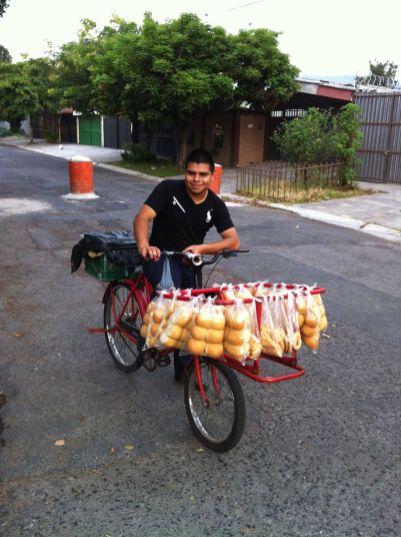 Boulanger à vélo (photo Lucie Lacombe).JPG