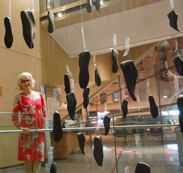 L'artiste française Pascale Peyret et son installation au Bata Shoe Museum.