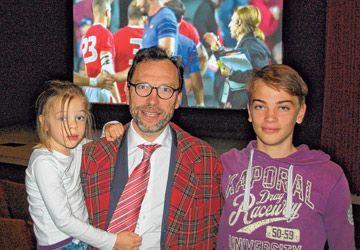 Le consul de France à Toronto, Marc Trouyet, avec ses enfants lors de la diffusion du match de rugby Canada-France à l'AFT jeudi.