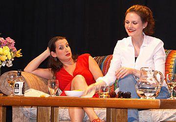 Cécile Dadi et Lucie Deniau dans J'aime beaucoup ce que vous faites.