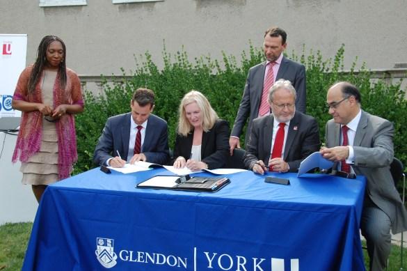 Signature de l'accord entre le Collège Glendon de l'Université York et l'école de commerce EMLYON Business School le 14 juillet.