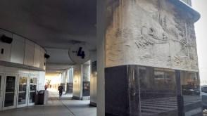 Une entrée du Centre Air Canada, avec murale en hommage aux pionniers. (Photo: Nathalie Prézeau)