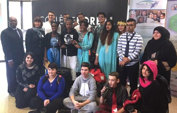 La ministre Marie-France Lalonde avec des élèves et des enseignants de l'école Lamothe Cadillac à Windsor.