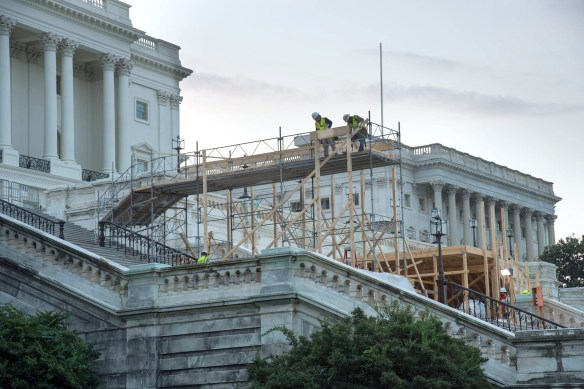 Construction de la plateforme, en face du Capitole, à Washington, où Donald Trump prêtera serment vendredi comme 45e président des États-Unis. (Photo: Congrès des États-Unis, commons.wikimedia.org)