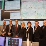 La mairesse de Mississauga, Bonnie Crombie (au centre) avec des responsables municipaux et des gestionnaires du système de signalisation routière.