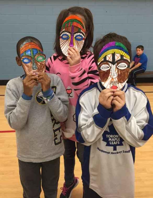 Des masques à l'école Saint-Joseph de Port Colborne.