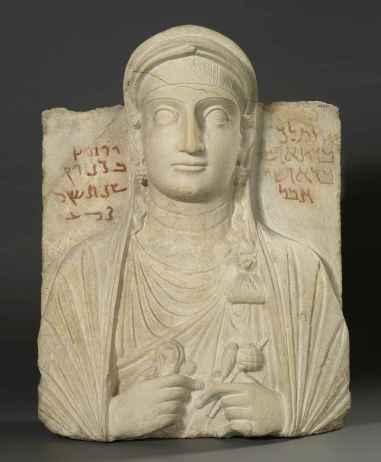 Pierre tombale: buste de Tiklak, fille d'Aphshi. Elle tient sa robe de la main droite, geste commun aux reliefs funéraires de Palmyre (123 après J-C., Calcaire). © Musée Royal de l'Ontario.