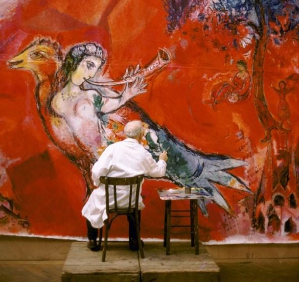 Marc Chagall travaillant aux panneaux du Metropolitan Opera de New York: Le Triomphe de la Musique (détail), atelier des Gobelins, Paris, 1966.