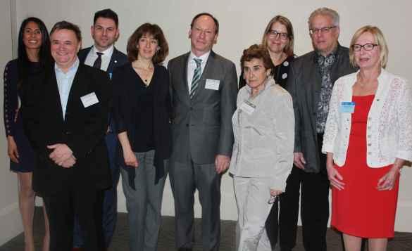 Des bénévoles du Club canadien de Toronto honorés par la province jeudi soir: Denis Leclerc, Christian Paquette, Luc Girard, Diane Chaperon-Lor, François Bergeron et Monique Telmosse.