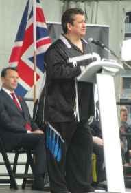 Le Chef Stacey Laforme de la première nation des Mississaugas de New Credit. Derrière: le consul de France Marc Trouyet.