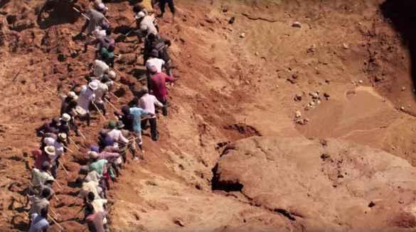 Travaux manuels en Afrique: une image du film Human, de Yann Arthus-Bertrand.
