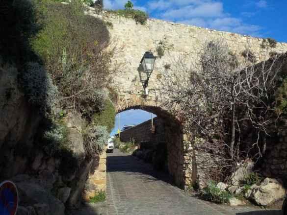 Un viaduc en pierre à une des entrées dans la vieille ville de Nice.