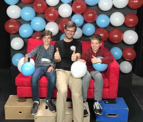 Simon et Sébastien avec leur prof de français Steve Roy.