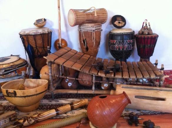 Instruments ramenés de pays étrangers par Daniel Prenoveau.