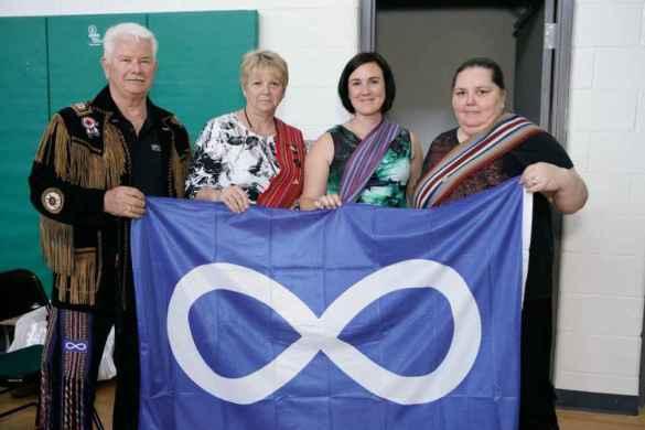 Le drapeau métis à l'école Notre-Dame-de-la-Huronie.