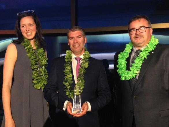 Cynthia Rhéaume, d'Unis TV, a remis le prix du Journal de l'année à L'Acadie nouvelle: Francis Sonier et René Chiasson. (Photo: APF)