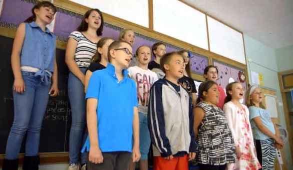 Des élèves de l'école Sainte-Croix à Lafontaine.