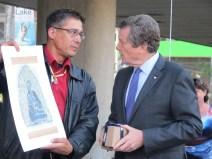 Le maire John Tory pendant léchange de cadeaux.