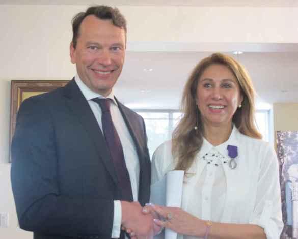 Le consul de France Marc Trouyet et la professeure Sima Farsandaj.