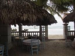 Coin salle à manger à l'hôtel L'Amitié à Cayes-Jacmel.