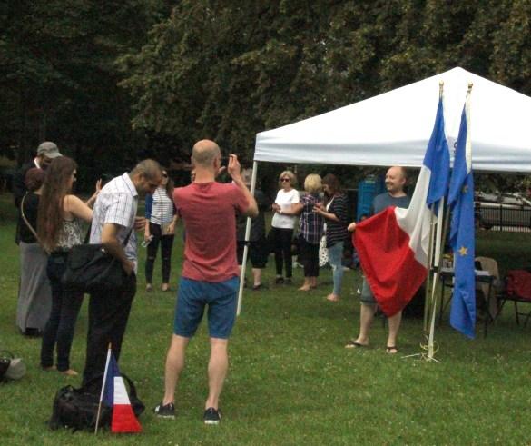 Plusieurs participants au pique-nique du «Bastille Day» se faisaient prendre en photo avec les drapeaux français et européen.