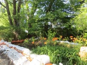 Un jardin privé est protégé par des sacs de sable. (Photo: Martine Rheault)