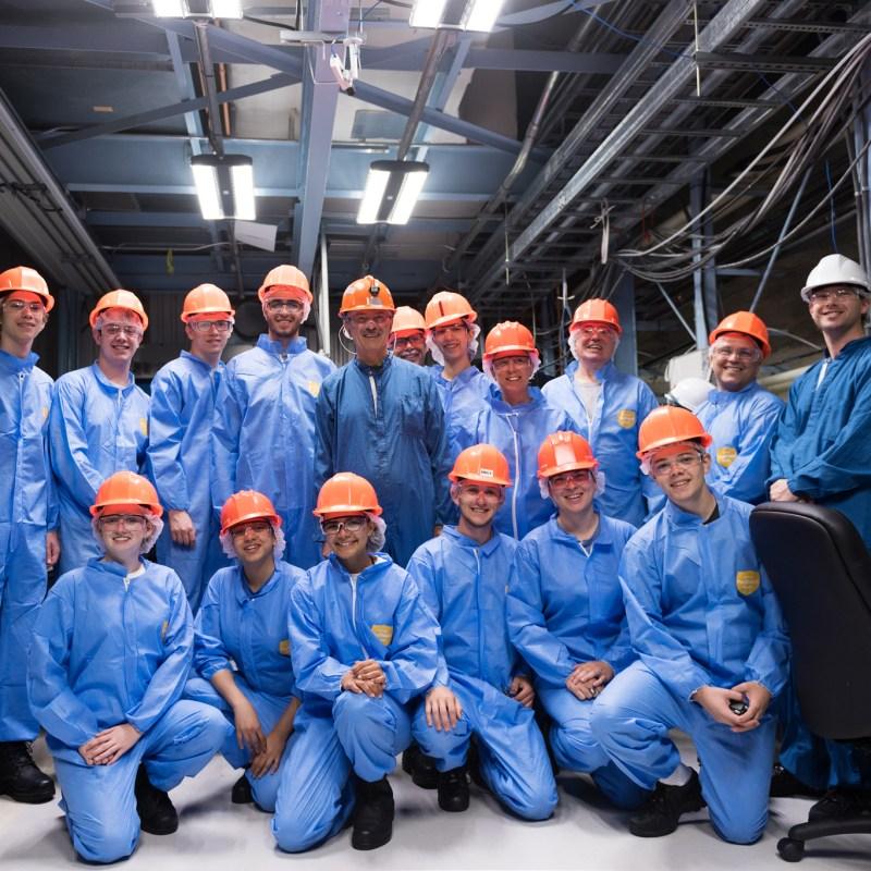 Les 13 élèves de l'école secondaire catholique Père-René-de-Galinée, quelques parents bénévoles, les chercheurs James Pinfold et Ryan Bayes de SNOLAB, ont rencontré le ministre de la recherche, innovation et science de l'Ontario, Reza Moridi (au centre sur la photo), dans les installations souterraines de SNOLAB.