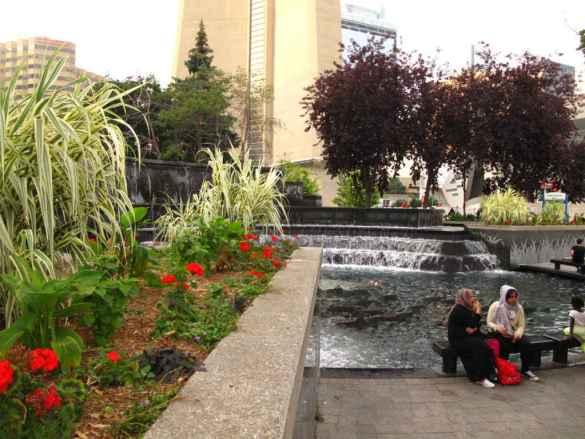 Une fontaine au pied de la tour CN.