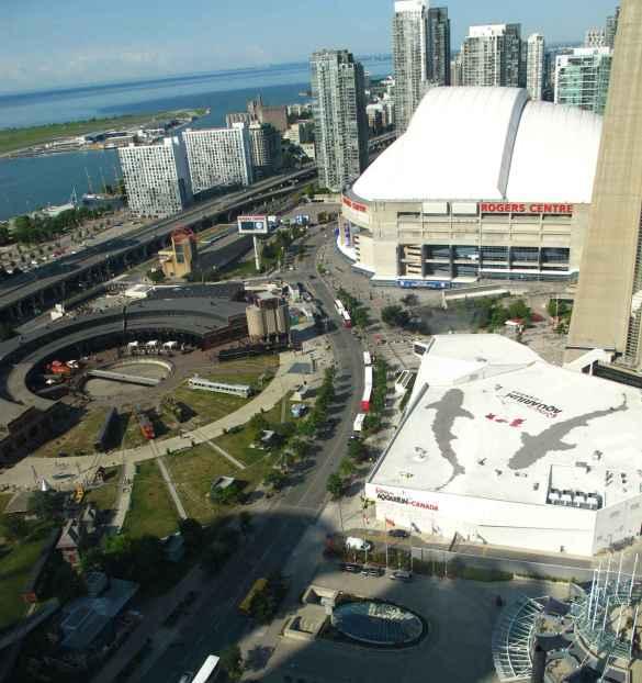Le lac, la rotonde du musée ferroviaire, l'aquarium, le centre Rogers et la tour CN vus d'une chambre de l'hôtel Delta.