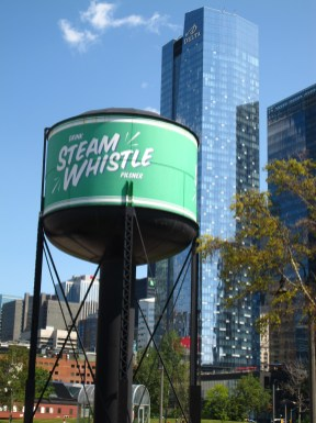 On peut visiter la brasserie Steam Whistle.