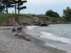Moment de tranquilité sur une plage de galets.