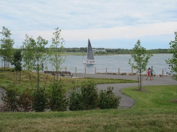 Sentiers au bord de l'eau et dans la colline dans le Parc Trillium de la Place de l'Ontario. (Photos: François Bergeron)