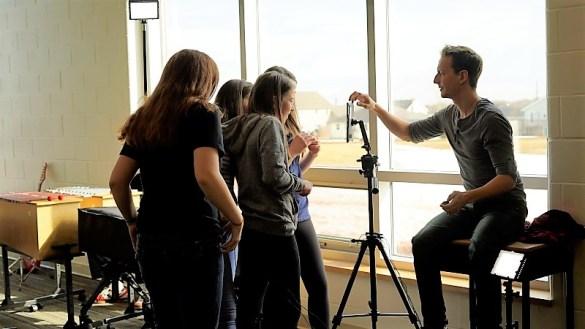 Alex Normand à l'oeuvre avec des futurs YouTubeurs. (Photo: Francopresse)