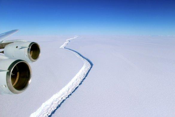 Fissure dans la banquise de Larsen contre la péninsule ouest de l'Antarctique (Photo: NASA)