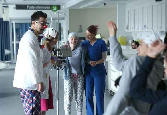 Jenny (Émilie Bierre) avec des infirmières et un docteur clown. (Photo: Sébastien Raymond)