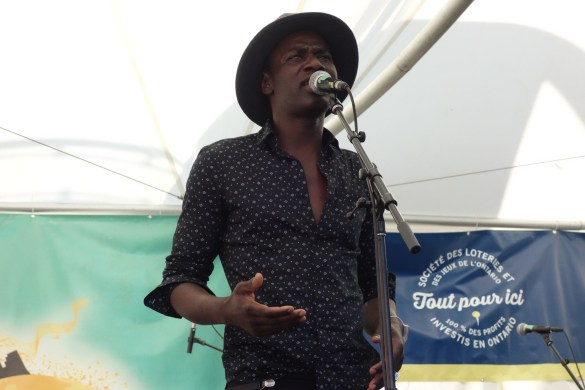 Seydina NDiaye, artiste francophone chantant en wolof, sur la scène du festival Francophonie en Fête,