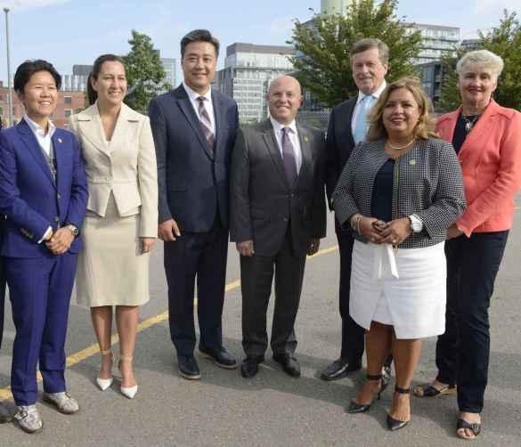 Le ministre Peter Milczyn et le maire John Tory, avec les députés provinciaux Han Dong et Cristina Martins, ainsi que les conseillères municipales Kristyn Wong-Tam, Ana Bailao et Paula Fletcher.