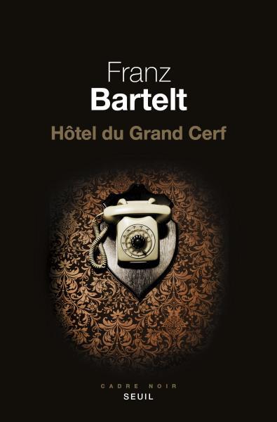 Franz Bartelt, Hôtel du Grand Cerf, roman, Paris, Éditions du Seuil, coll. Cadre noir, 2017, 352 pages, 39,95 $.