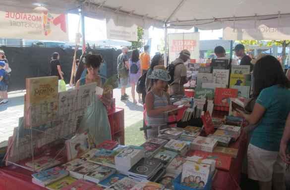 Le kiosque de la Librairie Mosaïque à Word on the Street.