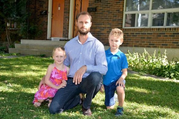 L'entrepreneur en réparation de toitures Gérald Comeault et ses deux enfants Sofia et Luc.