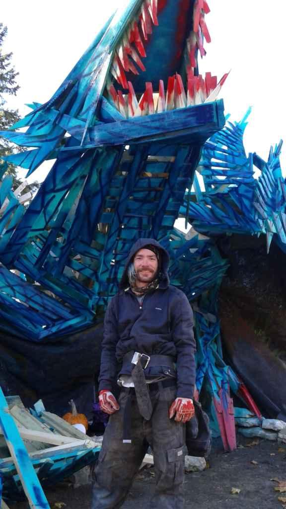 Nicholas Desjardins avait construit pour l'Halloween 2016 un dragon bleu. (photo: Sandra Dorelas)