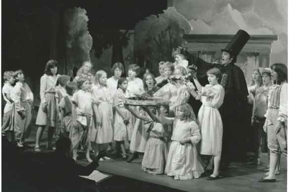 Karina Gauvin (10e à partir de la gauche) dans Dr. Canon's Cure, de Derek Holman et Robertson Davies, en 1982.