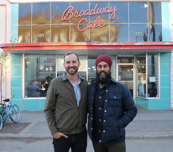 Jagmeet Singh, qui vient d'être élu chef national du NPD, avec Ryan Meili, lui-même candidat (bilingue) à la chefferie du parti en Saskatchewan le 3 mars 2018.