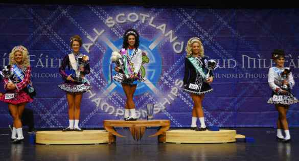 Camille Slaght sur la première place du podium en Écosse.