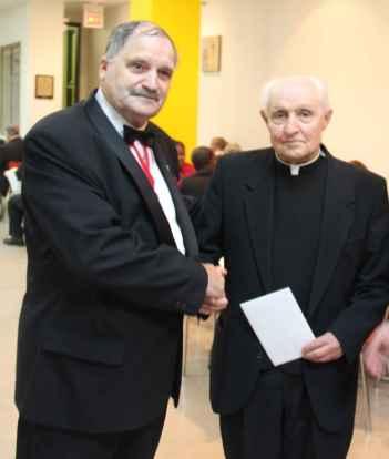 Le Grand Chevalier de Colomb Jean Guy Roussel a remis une carte et un don au père Pierre Courtot.