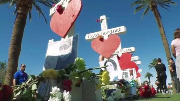Mémorial improvisé à Las Vegas, non loin de l'hôtel-casino Mandalay Bay d'où un homme a tué 58 personnes et en a blessé 489 autres en mitraillant la foule d'un concert de musique country le 1er octobre. (Capture d'écran d'un reportage de Vox)