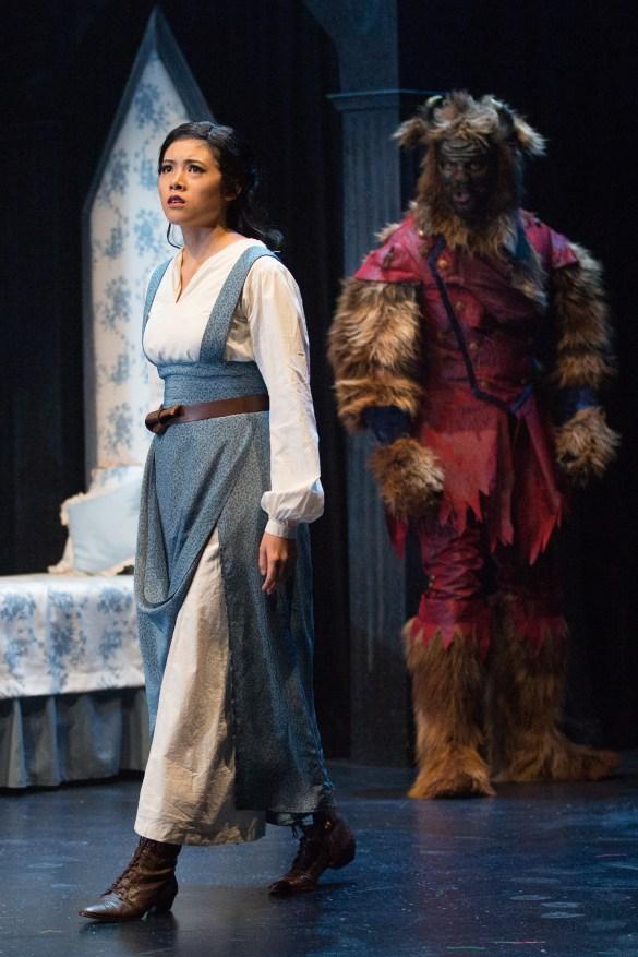 Celine Tsai dans le rôle de Belle et Stewart Adam McKensy dans le rôle de La Bête sur la scène du YPT